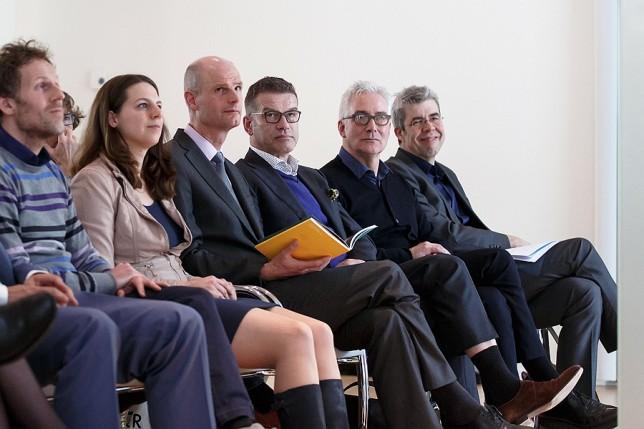 Vlnr: H-teamleden Maarten van Tuijl en Dionne Baaré, minister Blok, Cees van 't Veen, Koen van Velsen en Frank Strolenberg.