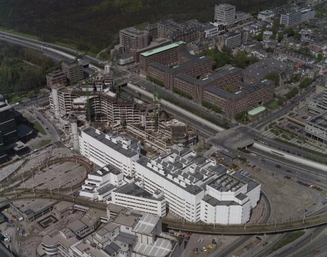 Luchtfoto (1982) van het Ministerie van Buitenlandse Zaken in aanbouw en een gedeelte van de Koninklijke Bibliotheek
